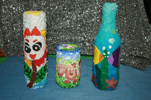 学生用纸浆和废弃瓶子做的工艺品.